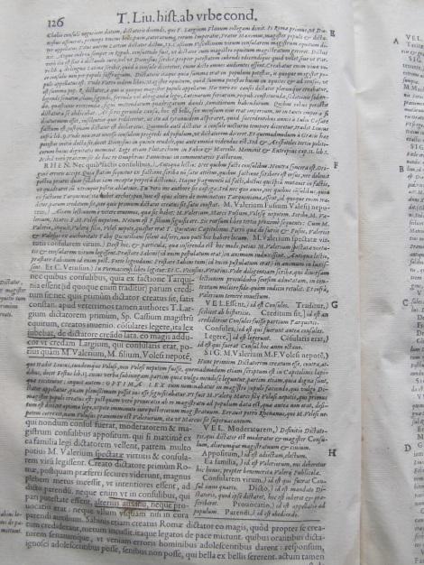 Ejemplo de texto donde las notas de corrección son más amplias que el texto mismo de las décadas