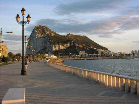 Peñón de Gibraltar. (Tomado de: http://deviajeporinglaterra.com/)