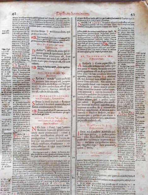 Impresión de alta calidad a dos tintas, rojo y negro, en siete columnas.