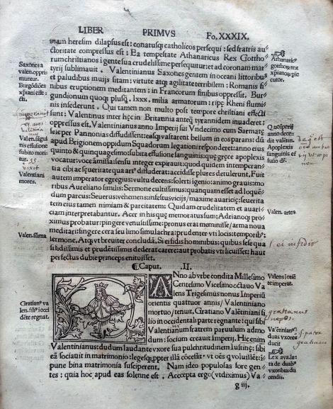 Ejemplo de folio impreso en una sola columna, con caracteres romanos. Destacar las apostillas marginales, en las que resume los contenidos del texto y las glosas manuscritas de los lectores.