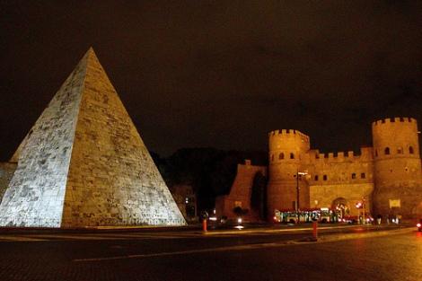 Pirámide de Cayo Cestio junto a la Puerta de San Pablo, Roma (nowheretrip.blogspot.com)