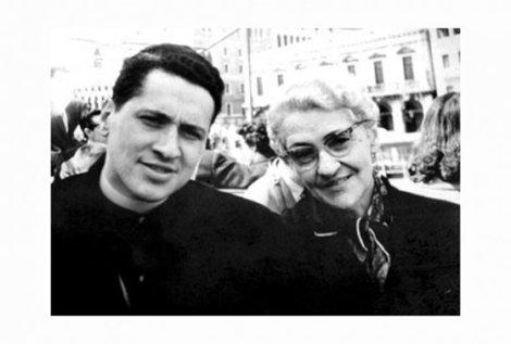 Camilo Torres Restrepo junto a su madres Isabel Restrepo