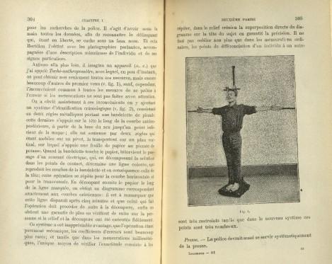 """La prensa de medición. """"La policía deberá servirse sistemáticamente de esta herramienta"""", dice Lombroso con la fotografía que ilustra el método (Le crime, causes et remèdes, 1907, pág. 305)."""
